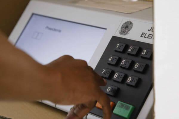 Obrigatoriedade de voto e justificativa de ausência